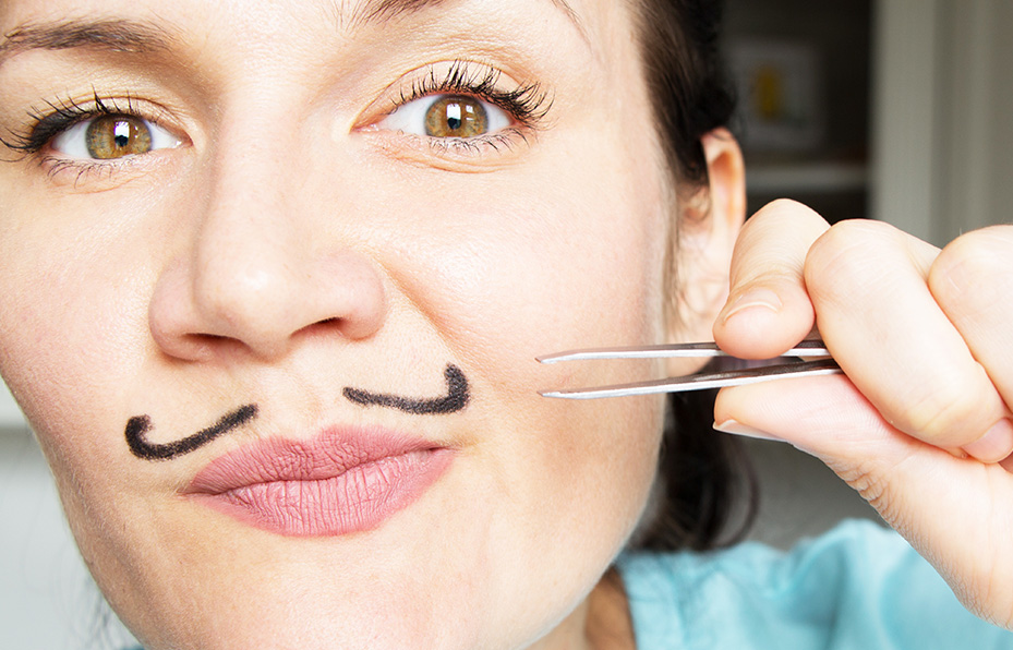 Epilation du visage à la pince à épiler